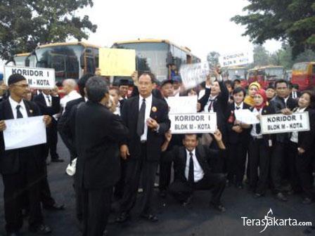 Tuntut THR, Ratusan Pekerja Transjakarta Mogok